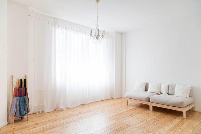 Fotostudio in Berlin Tempelhof: Fensterfront mit weißen Vorhängen und Couch