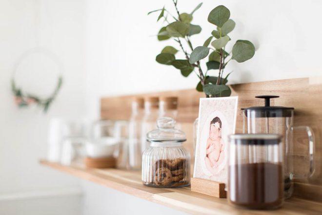 Fotostudio in Berlin Tempelhof: Regal in der Küche mit Kaffee und Keksen