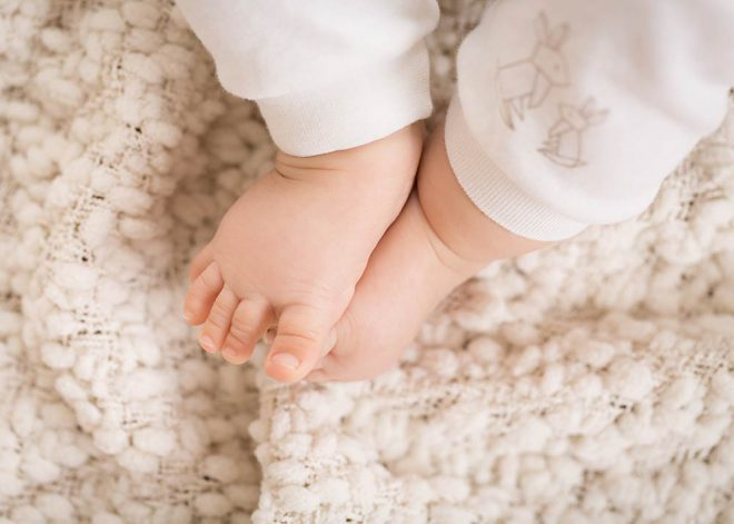 Nahaufnahme Babyfüße auf heller Decke