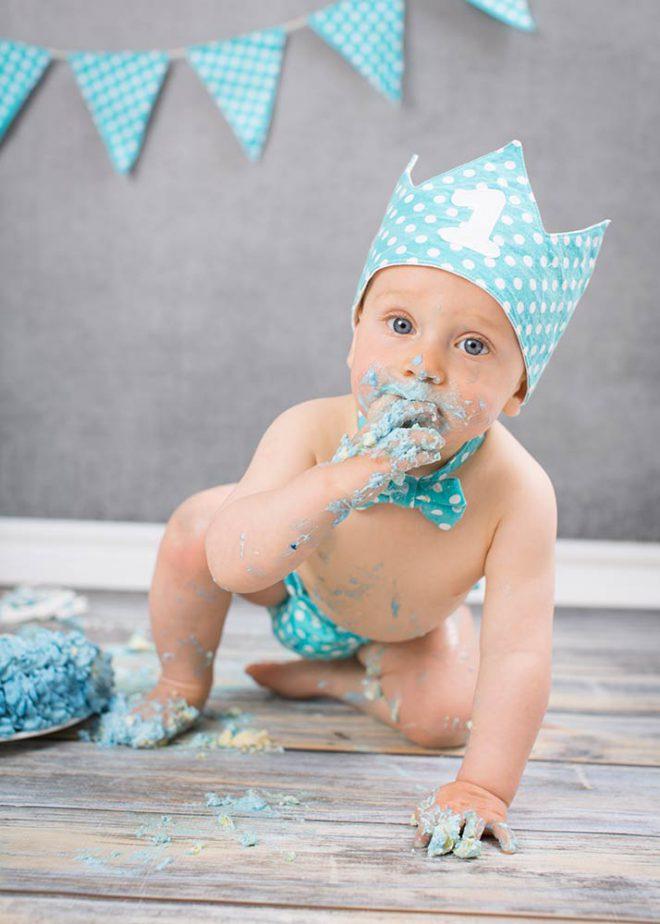 Cake Smash Fotos Berlin: Junge isst Kuchen am ersten Geburtstag