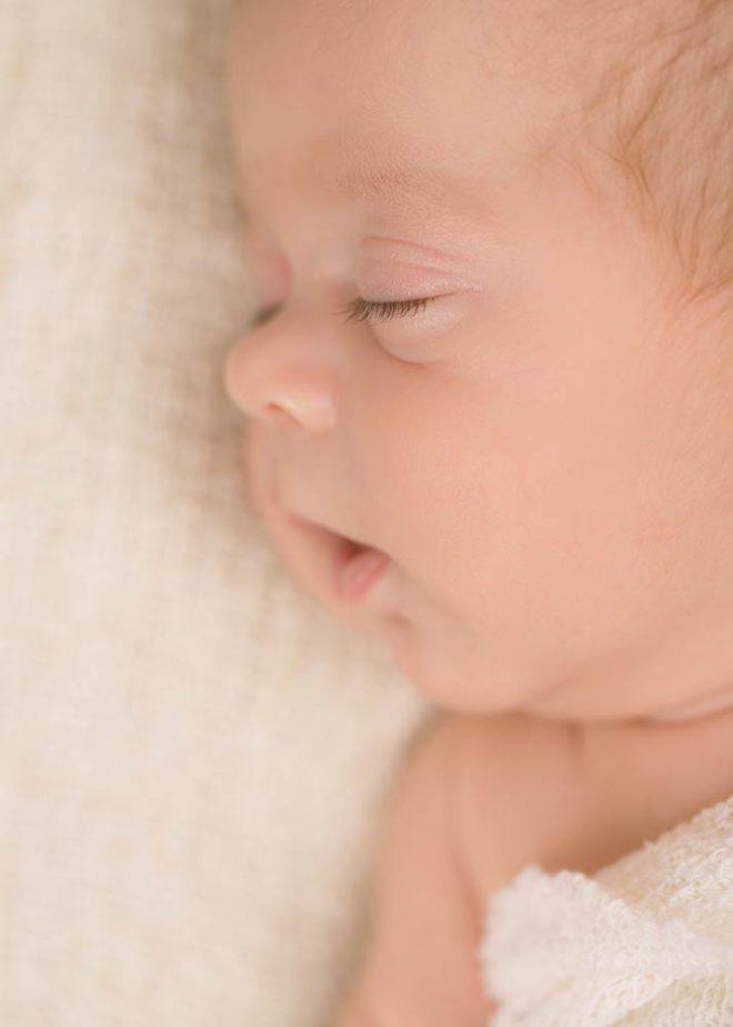 Neugeborenenfotos Berlin: Porträt eines schlafenden Neugeborenen