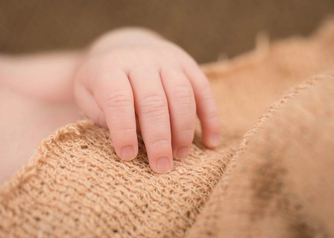 Neugeborenenfotos Berlin: Nahaufnahme der Hand eines Babys