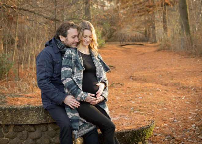 Schwangeres Pärchen im Herbstwald