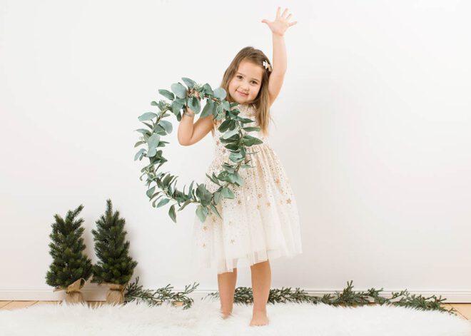 Minimalistische Weihnachtsfotos: Mädchen mit Sternchenkleid