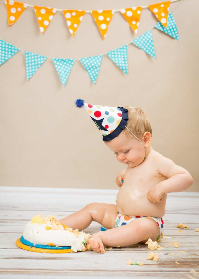 Cake Smash Shooting: Junge sitzt vor Torte