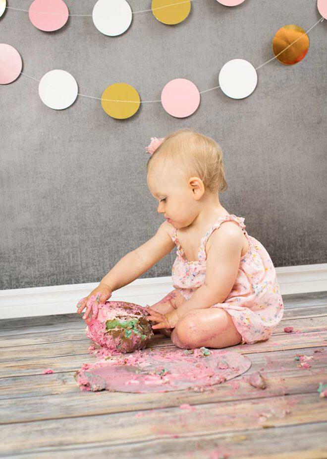 Mädchen dreht einen großen Cupcake um